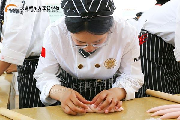 大连新东方学子用烹饪技能展现实力
