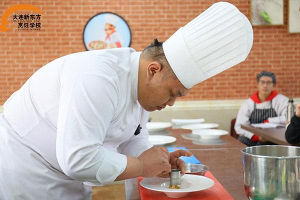 烹饪大师鹿峻豪走进大连新东方烹饪学校授课指导