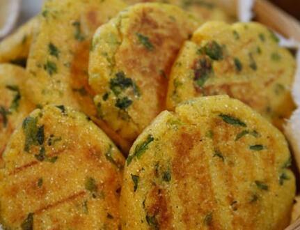 玉米面菜饼子这道健康面点你会制作吗