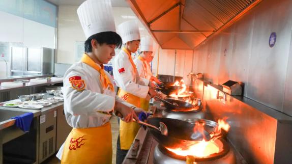 择校不满意,想转学?带你来看看大连新东方烹饪学校的烹饪课堂!